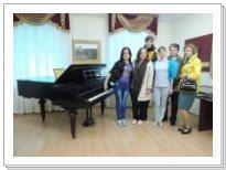 Студенты дирижерско-хорового отделения у рояля, за которым Г.В. Свиридов сочинял свои первые произведения
